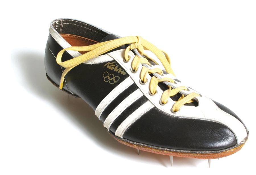 đôi giày chạy biểu tượng ba vạch của karhu