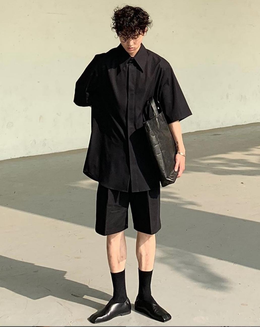 phong cách monochrome-fashionista mặc đồ màu đen