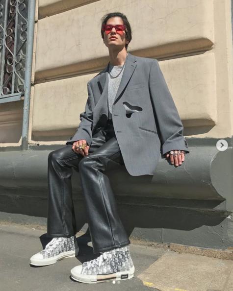 fashionista mặc đồ màu xám