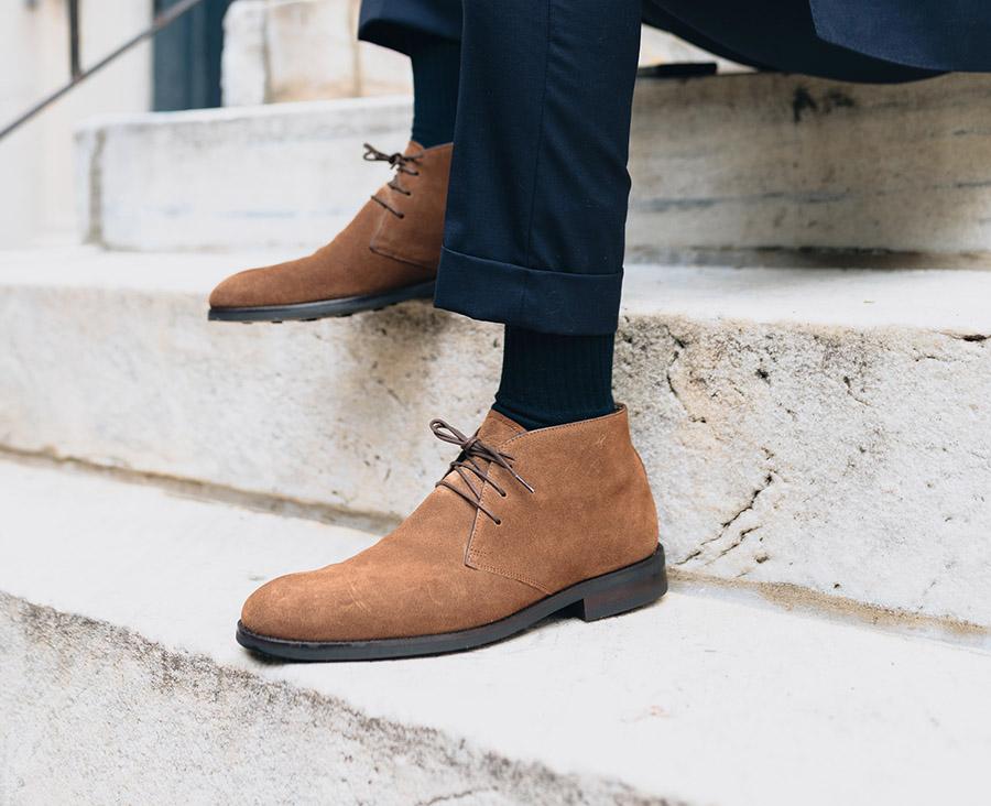 giày chukka mặc với quần tây tối màu
