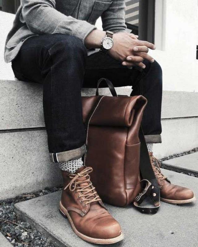 giay boots nam- outfit quan jeans voi giay work boots va balo da - elle man
