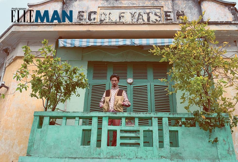 rapper Dau Vau - dung tren lan can mau xanh ngoc cua 1 can nha xua tai Q1 Saigon - ELLE Man copy