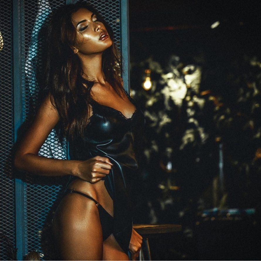 mỹ nhân chuyển giới - hana tạo dáng sexy