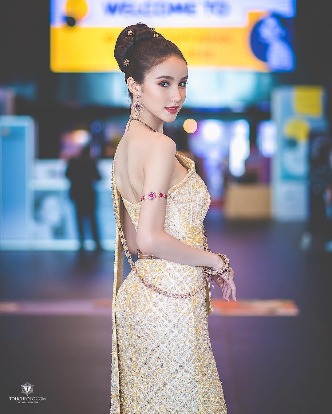 mỹ nhân chuyển giới - yoshi trong bộ trang phục truyền thống