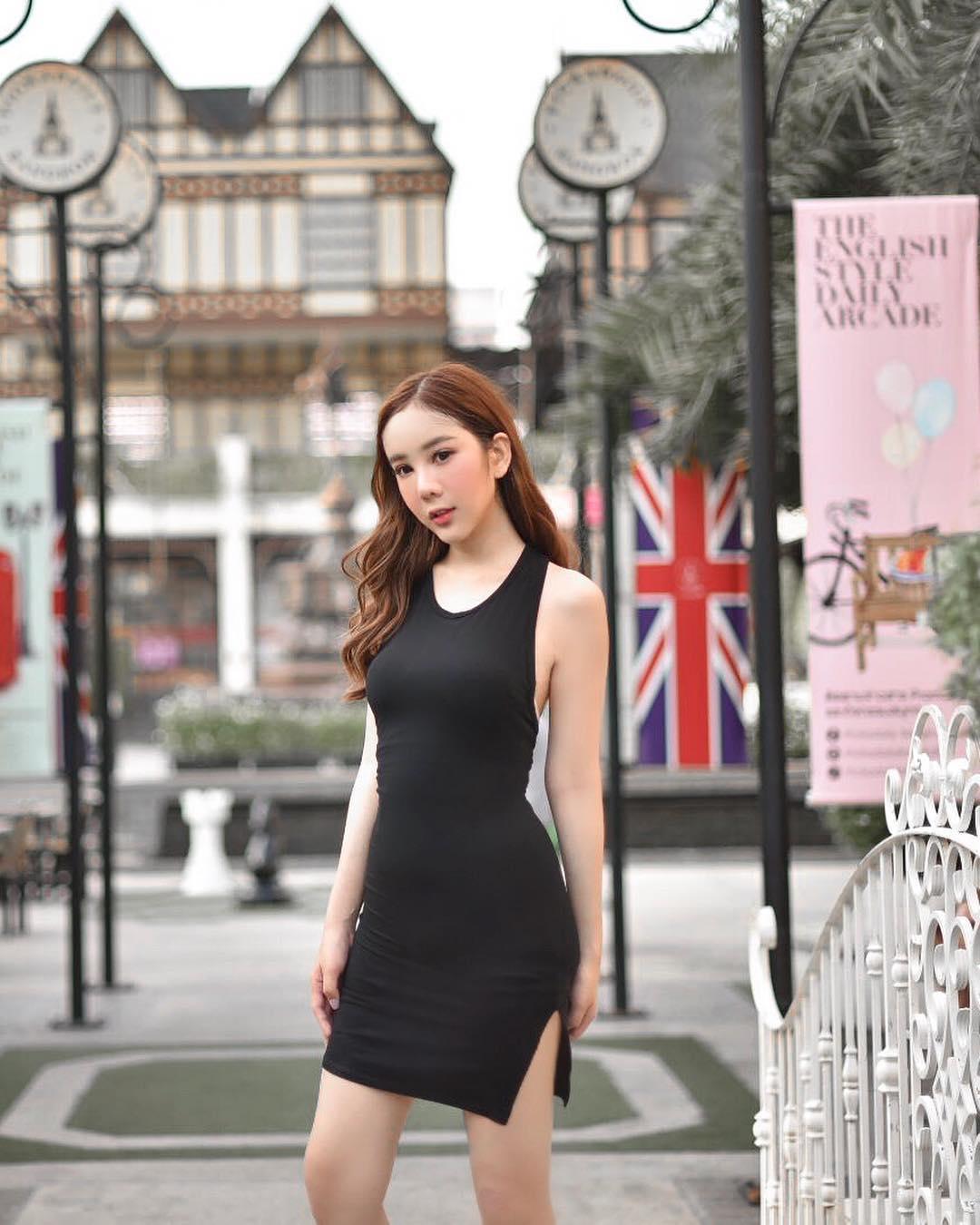 mỹ nahn6 chuyển giới - frame diện váy đen dạo phố