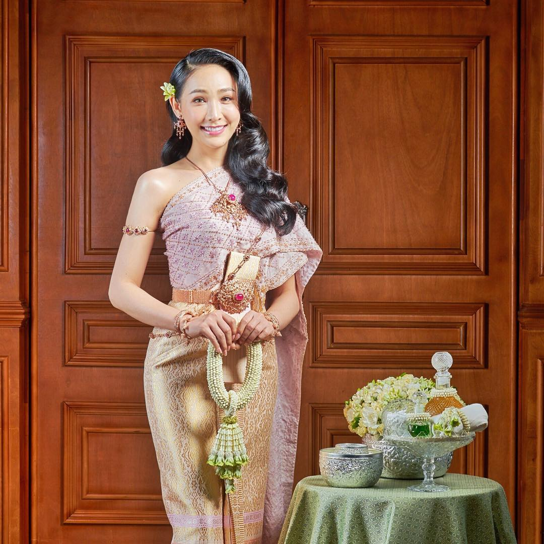 mỹ nhân chuyển giới - rose trong bộ trang phục truyền thống