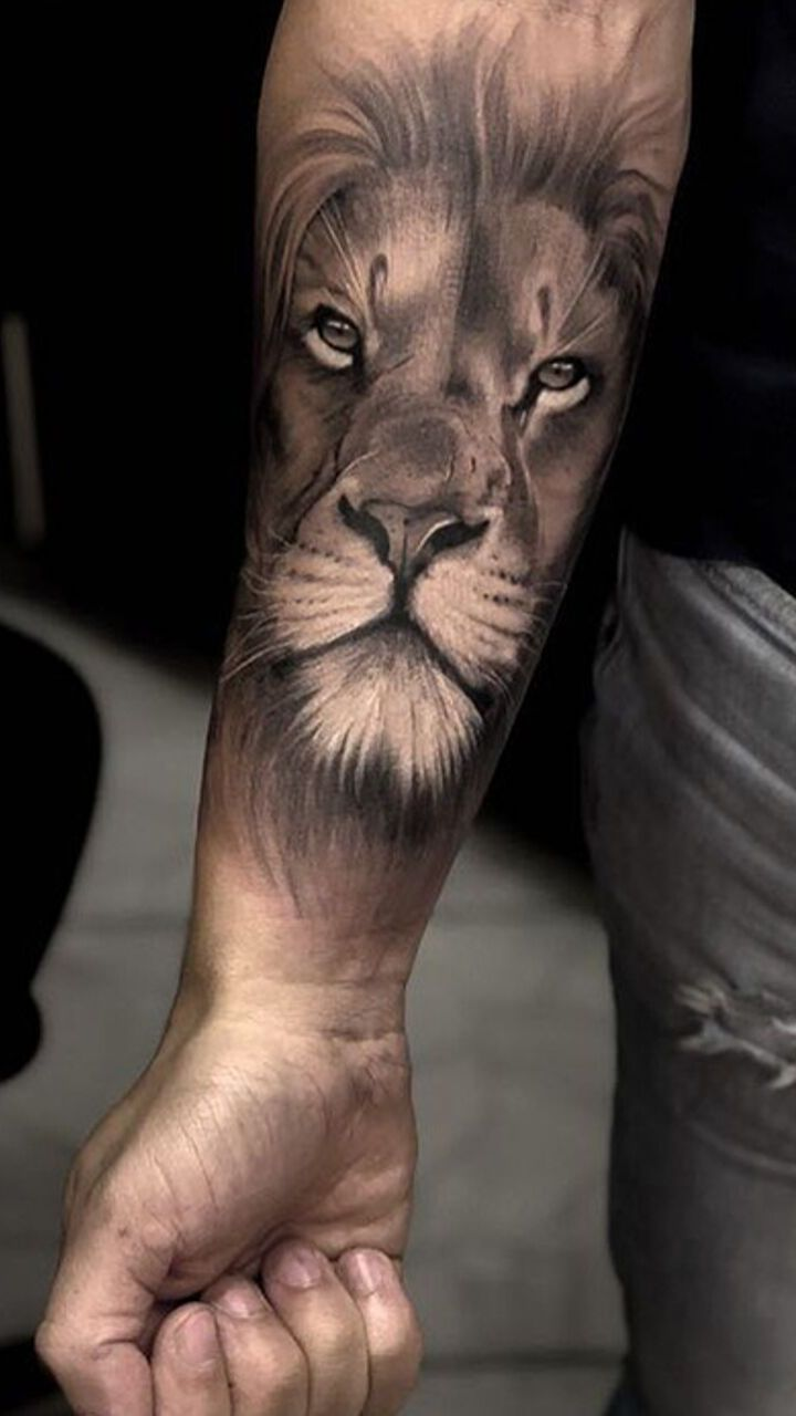 hình ảnh sư tử được xăm trên cánh tay người đàn ông - hình xăm nam giới - 2019 - elle man