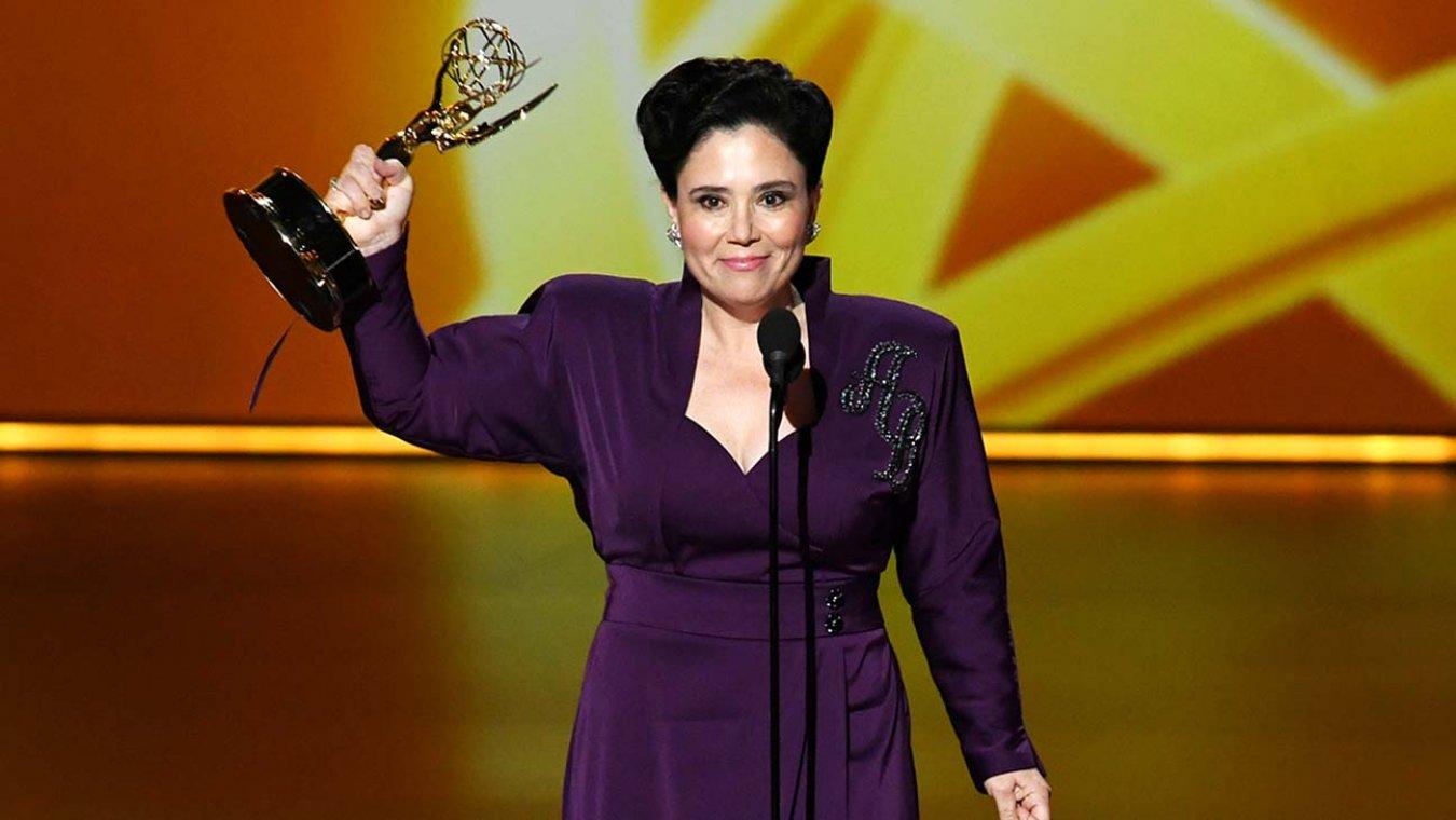 diễn viên nữ lên nhận giải - Alex Borstein - lễ trao giải - emmy - 2019 - elle man