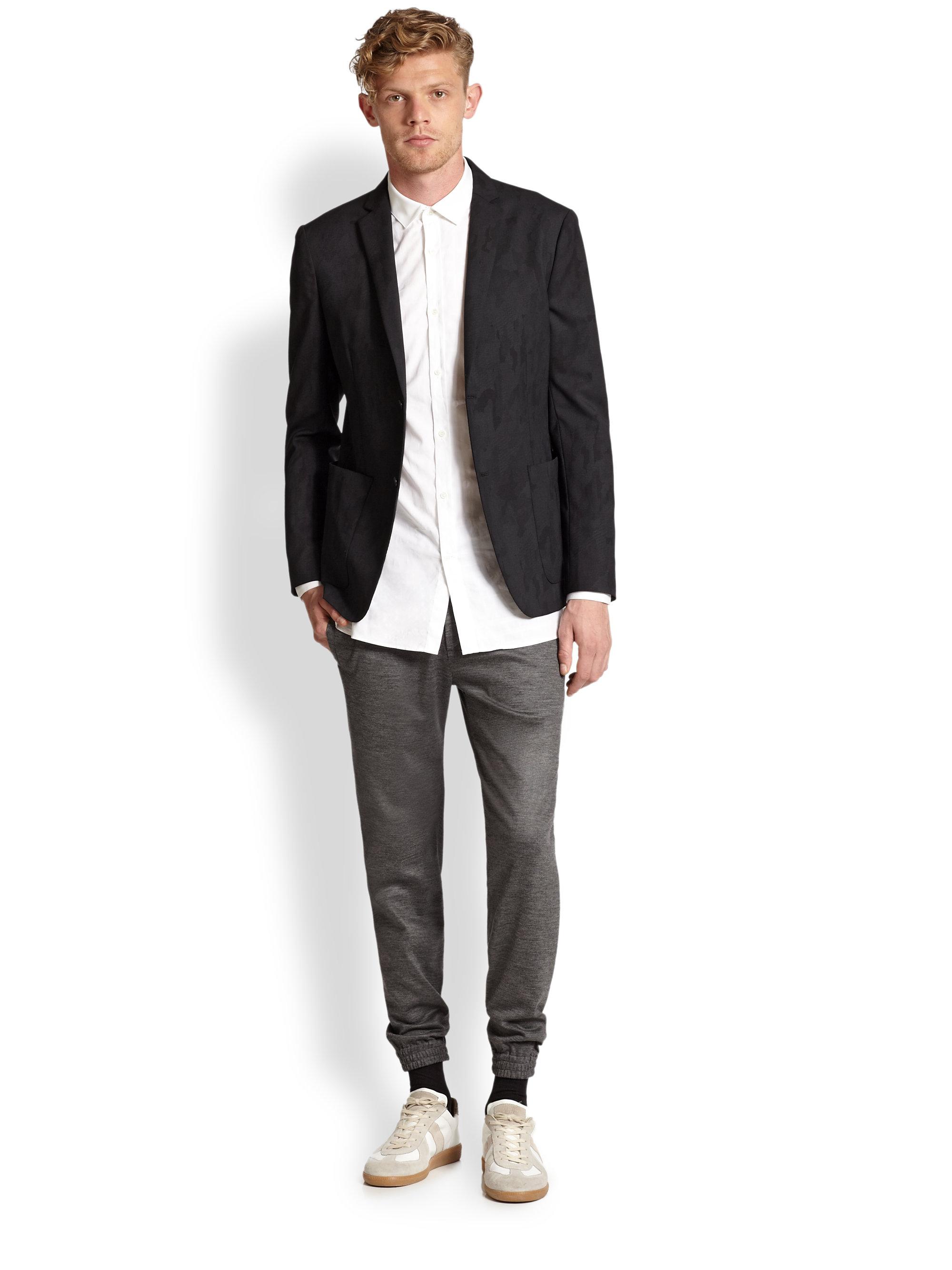 xu hướng thời trang - người đàn ông mặc quần jogger phối với áo sơ mi trắng - thời trang nam - thu đông - 2019 - elle man