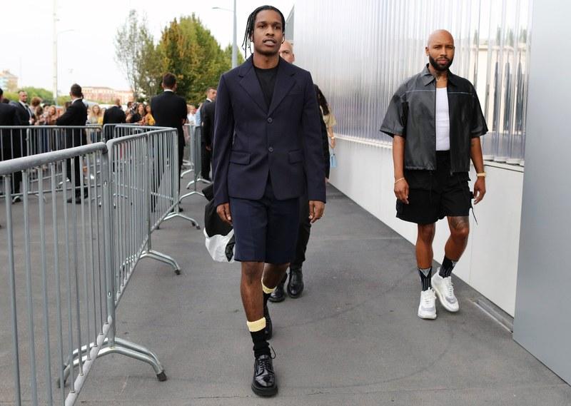 Rapper A$AP Rocky and Matthew Henson cùng chọn cho mình tông màu đen huyền bí với bộ trang phụ của nhà mốt Prada tạo nên sự tươi mới nhưng vẫn đẳng cấp