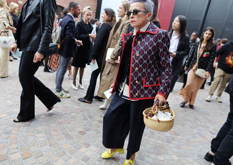 Áo khoác blazer của nhà mốt Gucci cùng quần ống rộng và sơ mi họa tiết nổi bật tạo được sự sang trọng, quý phái nhưng cũng không kém phần trẻ trung