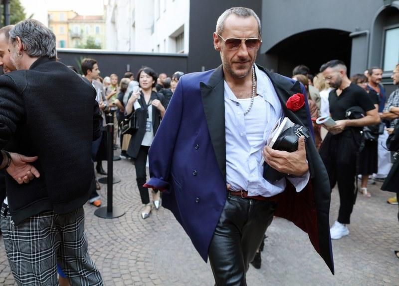 Với chiếc áo vest xanh khoác ngoài, bên trong là áo sơ mi trắng cơ bản kết hợp với quần da đen bóng đã giúp vẻ ngoài của Emiliano Salci thêm đẳng cấp và quyền lực hơn rất nhiều