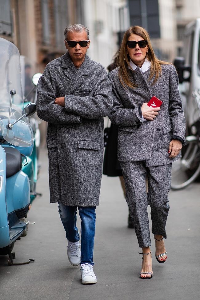 Những chiếc áo khoác blazer tweed xám rộng khoác ngoài mix cùng quần jean và sneaker trắng vẫn luôn tạo được sự trẻ trung và năng độn