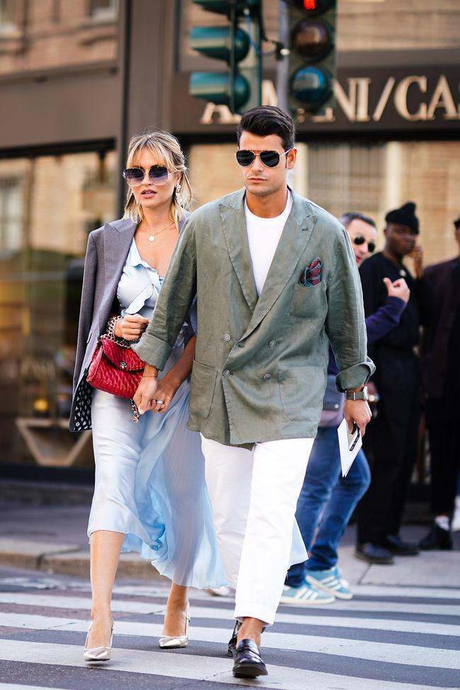 Những chiếc áo veston khoác ngoài kiểu dáng oversize được mix với áo thun và quần kaki trắng mang lại cho người mặc sự nam tính và rất hợp thời