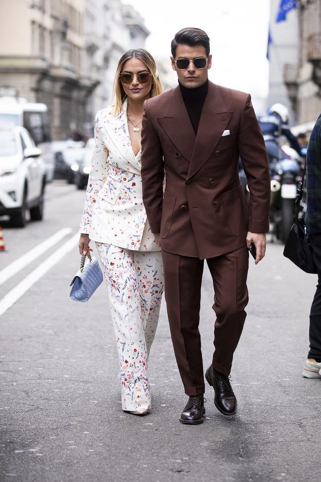 Với bộ suit tông màu chàm sẫm vừa vặn cùng giày tây đen bóng luôn là sự lựa chọn an toàn cho mọi chàng trai