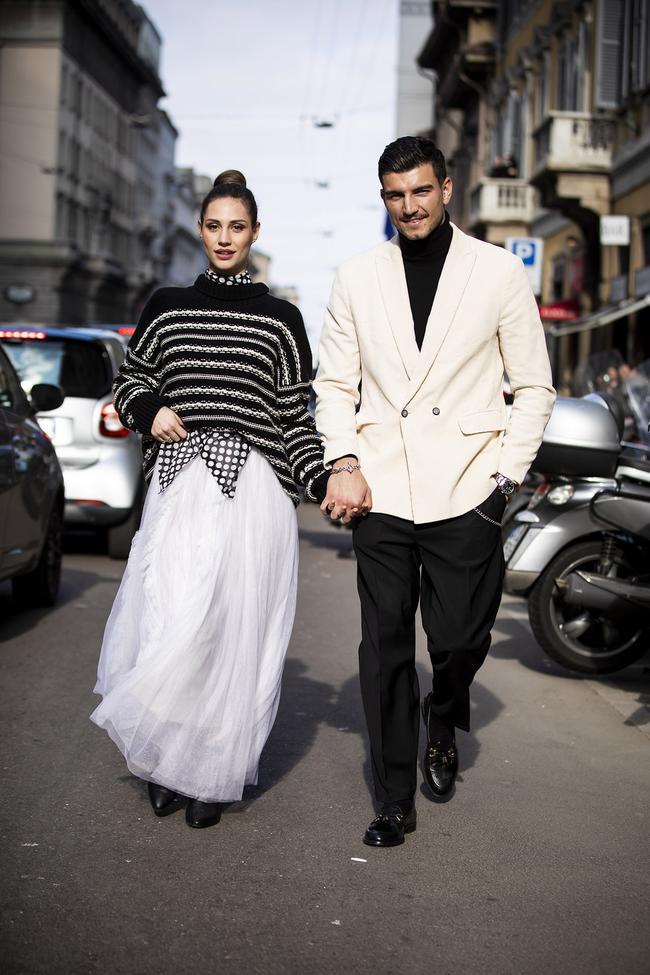 Áo Vest trắng đơn giản mix cùng một bộ đồ đen bên trong đã tạo nên một bộ trang phục vừa có điểm nhấn vừa mạnh mẽ cho chàng trai