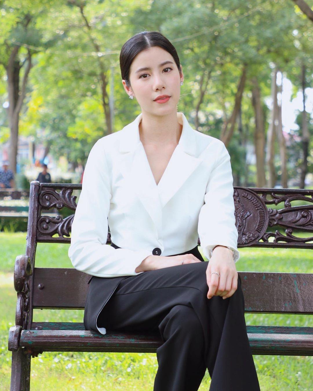 diễn viên thái - esther ngồi ghế công viên