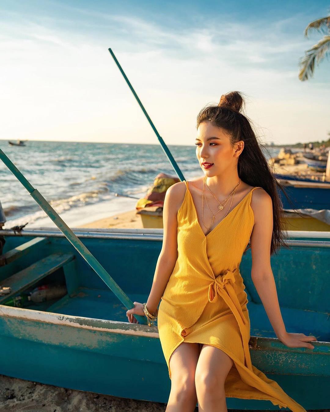 diễn viên thái - mook ngồi bên bãi biển