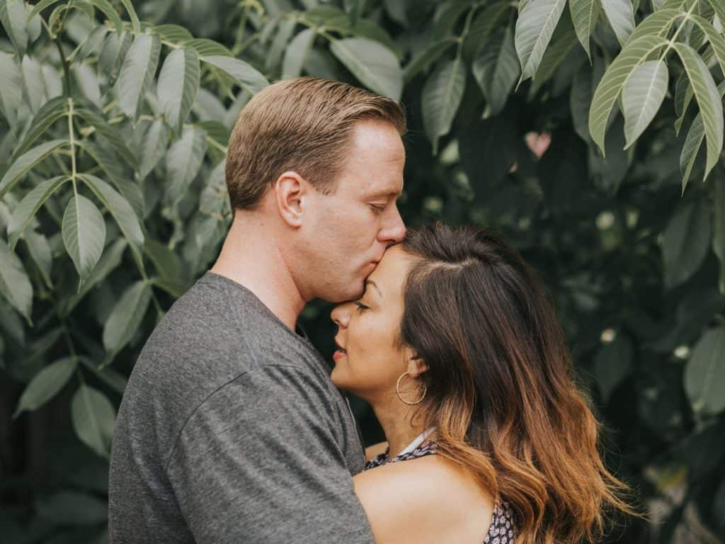 chinh phục phụ nữ thiên bình - chàng trai hôn trán cô gái