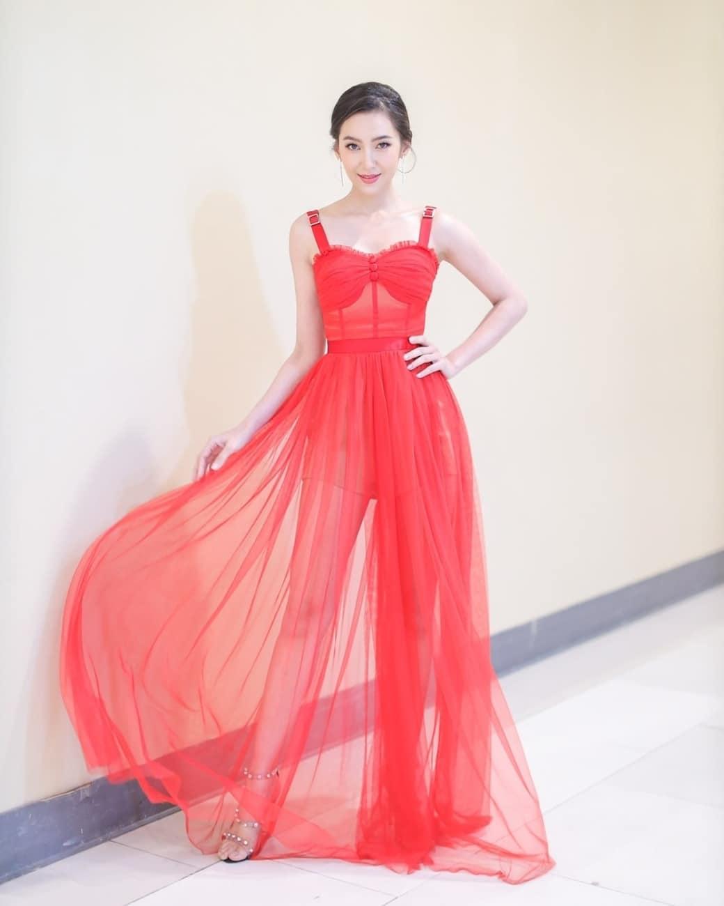 diễn viên thái - bella mặc váy đỏ