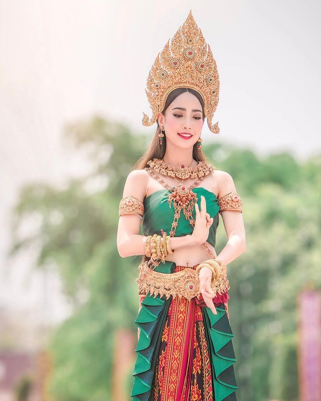 diễn viên thái - taew diện trang phục truyền thống