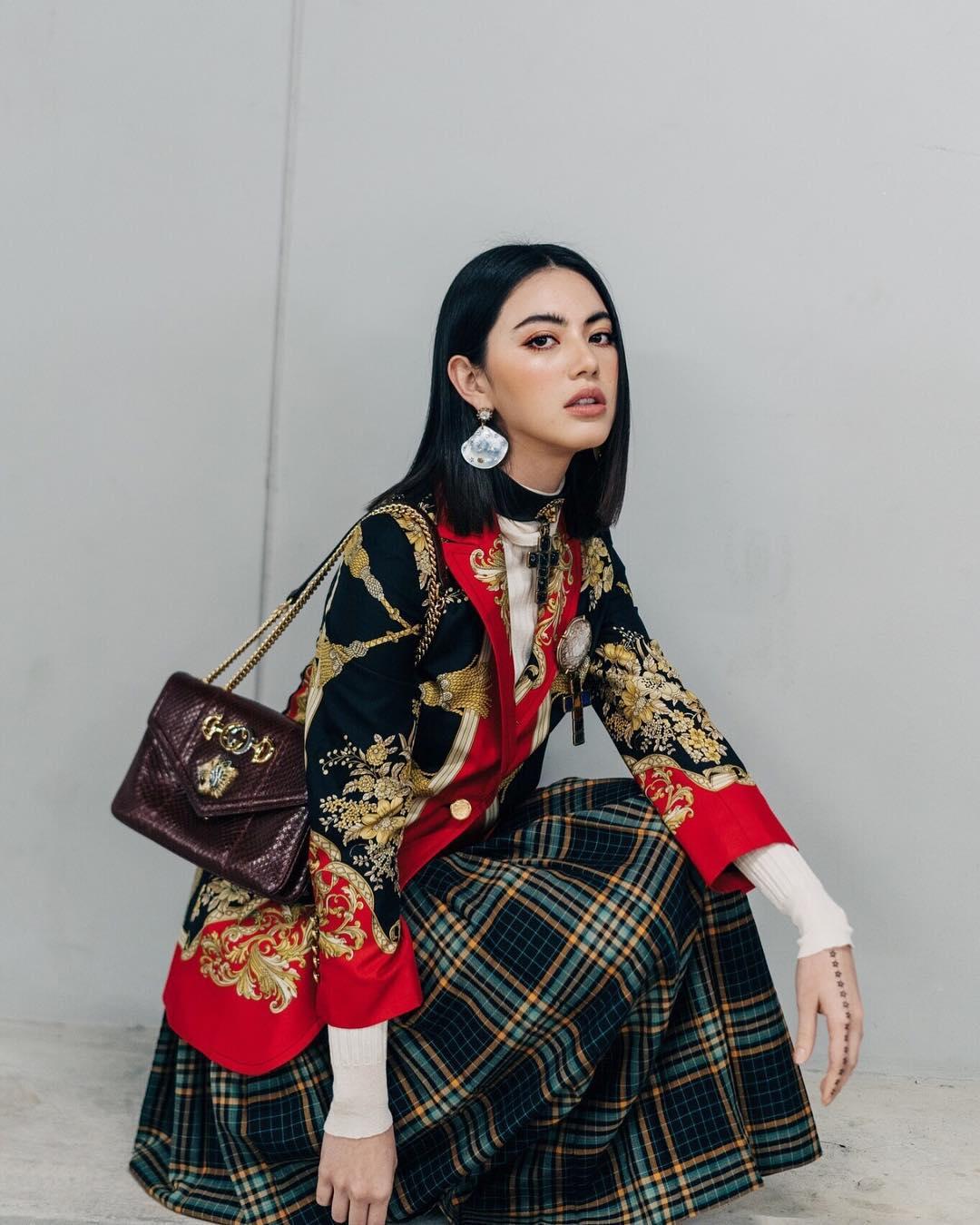 diễn viên thái - mai mặc váy sọc caro