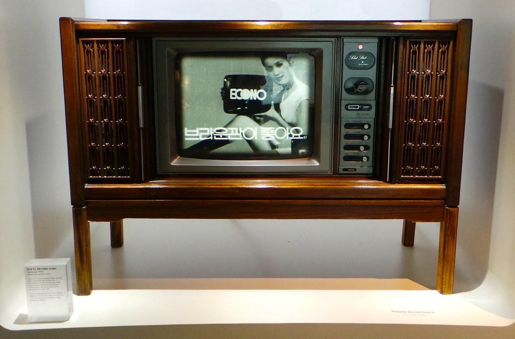 chiếc-tv-đen-trắng-đầu-tiên-của-samsung-logo-thuong-hiệu-samsung.