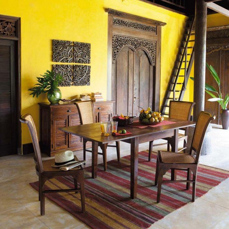 Tông màu vàng đậm khỏe khoắn làm nổi bật cả trông gian phòng ăn với nội thất phong cách Đông Dương chủ đạo
