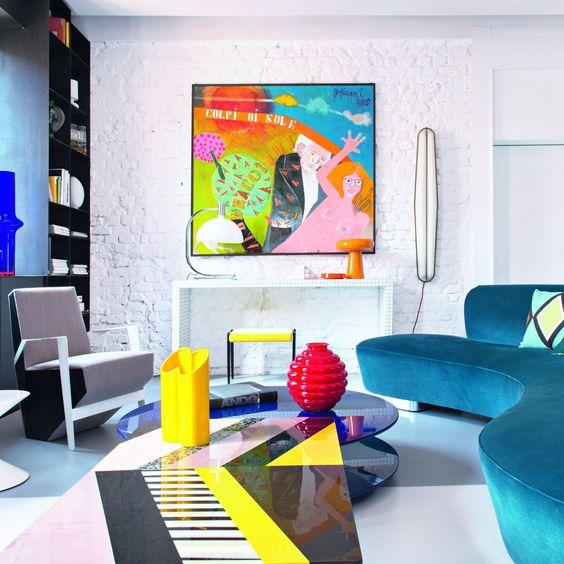 Phong cách trang trí Memphis chủ đạo kết hợp với pop-art tạo nên một không gian phòng khách sống động