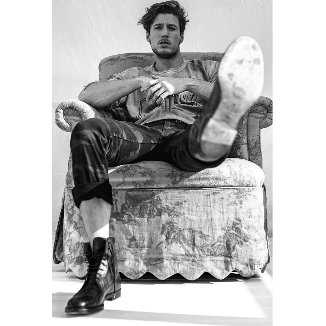 phong cách workwear - giày boots của Charley Santos