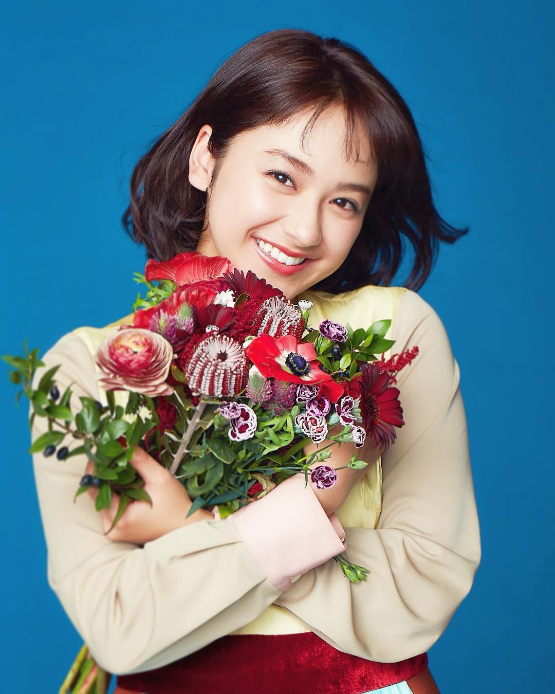 diễn viên nhật - yuna cười rạng rỡ