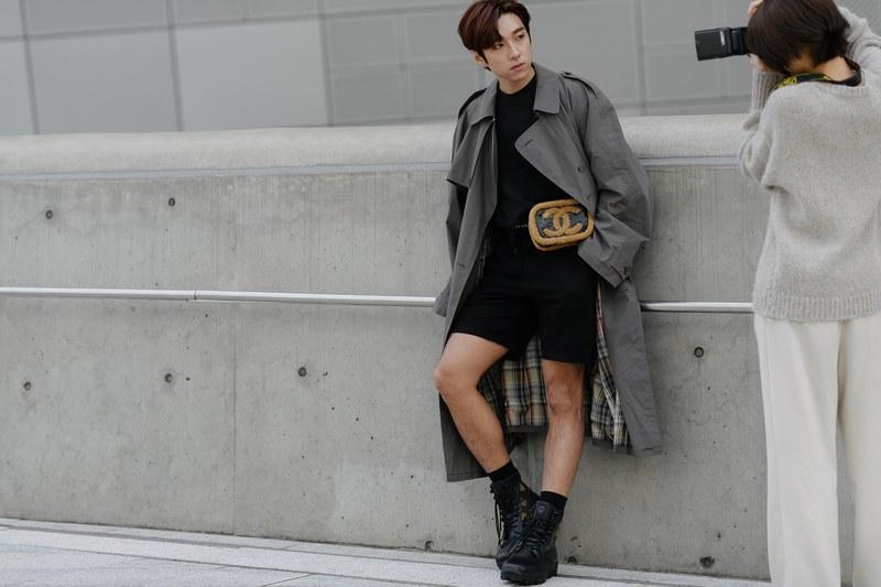 Những chiếc áo trend coat sang trọng trông thật khác lạ khi phối với quần sort và giày boot cao. Bộ trang phục tổng thể gam màu đen được nhấn nhá bởi chiếc túi của nhà mốt Chanel