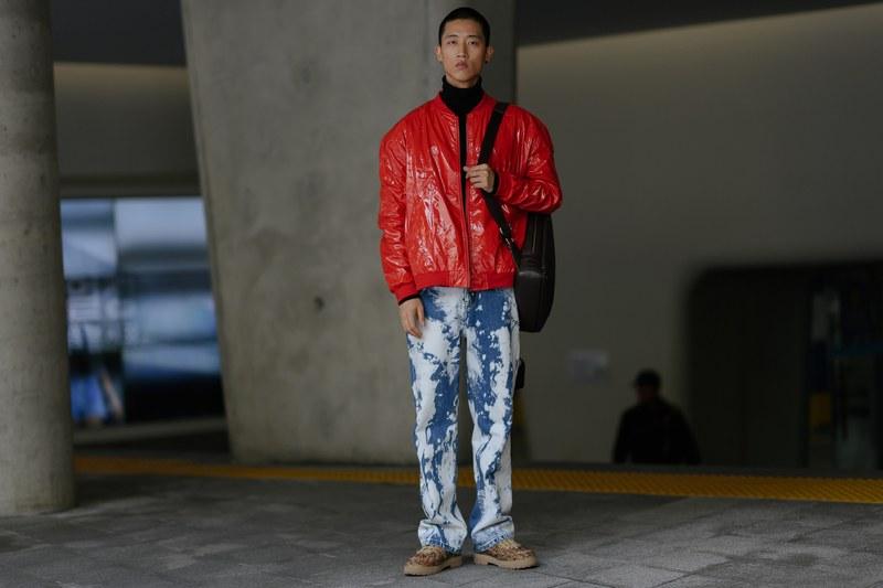 Trò chơi màu sắc được chàng trai này sử dụng tạo hiệu ứng thị giác rất thu hút với chiếc áo khoác bomber bóng màu đỏ phối hợp cùng áo thun cổ lọ đen và quần jean wash bụi bặm