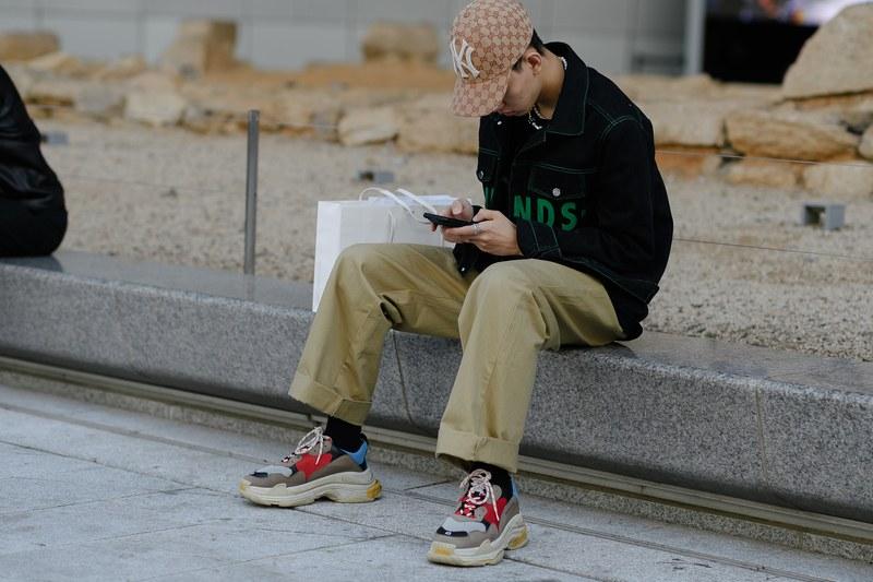 """Phong cách thời trang đường phố """"old-school"""" vẫn thường được các chàng trai sử dụng với áo khoác jean oversize cùng quần kaki ống rộng gam màu bbe trung tính. Phối với một đôi Triple S của nhà mốt Balenciaga và mũ lưỡi chai của MLB"""