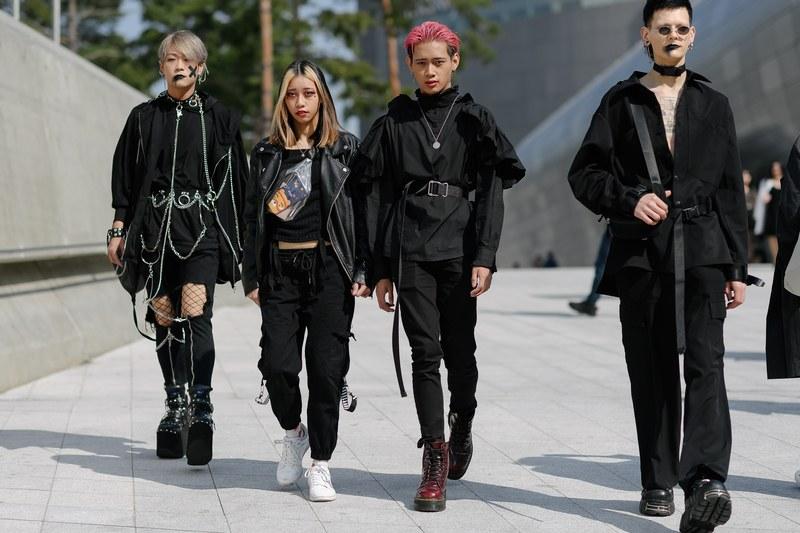 Một hội bạn với lối mix đồi hơi hướng darkwear đầy nổi loạn thể hiện được cá tính riêng và phong cách thời trang đường phố của mỗi người