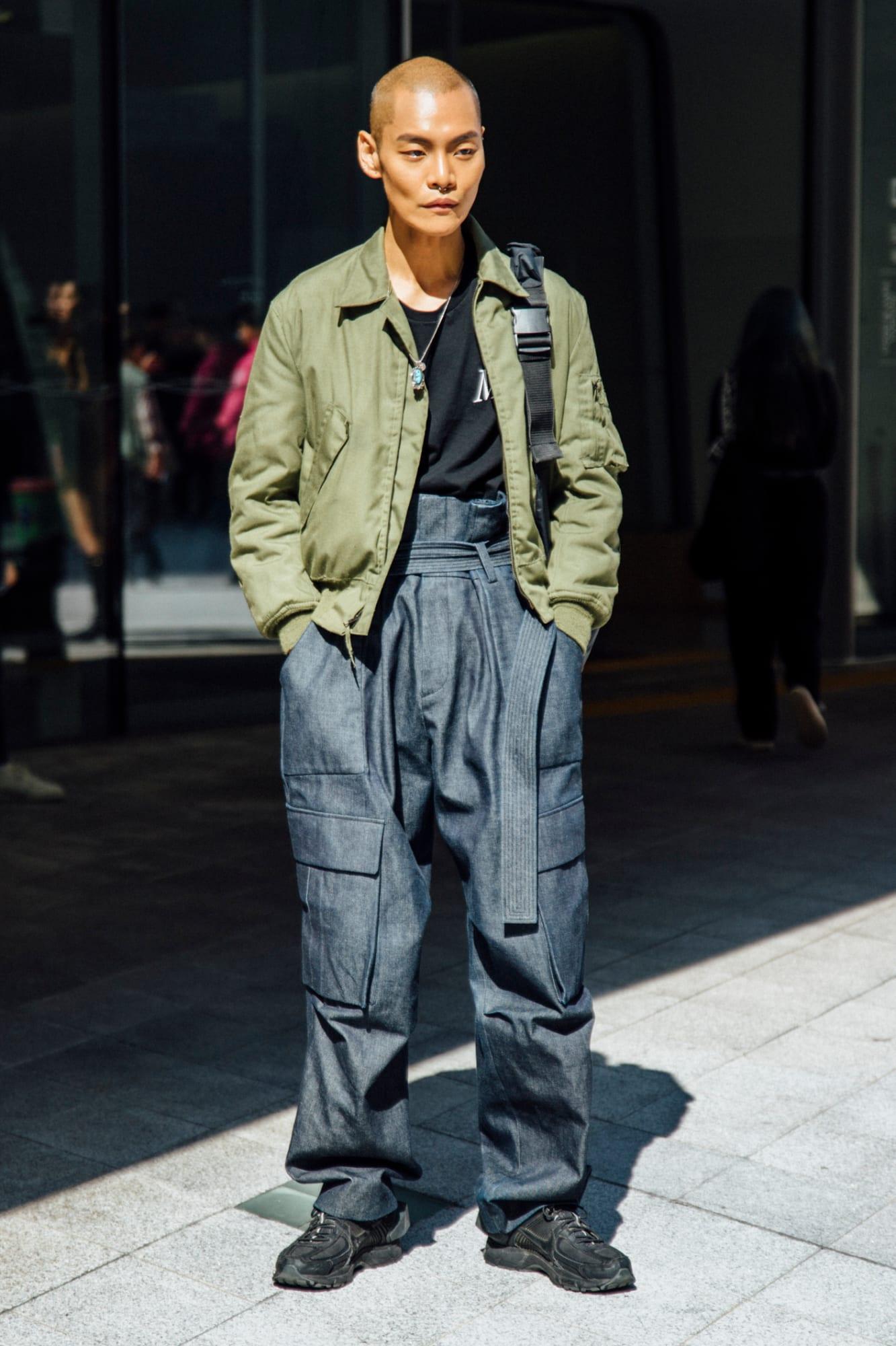 """Với phong cách tối giản """"mix"""" áo thun đen cơ bản cùng một áo khoác Field Jacket cách điệu gam màu xanh pastel và chiếc quần túi hộp ống rộng vô cùng mới lạ. Tuy đơn giản nhưng vẫn tạo được sức hút vô cùng lớn"""