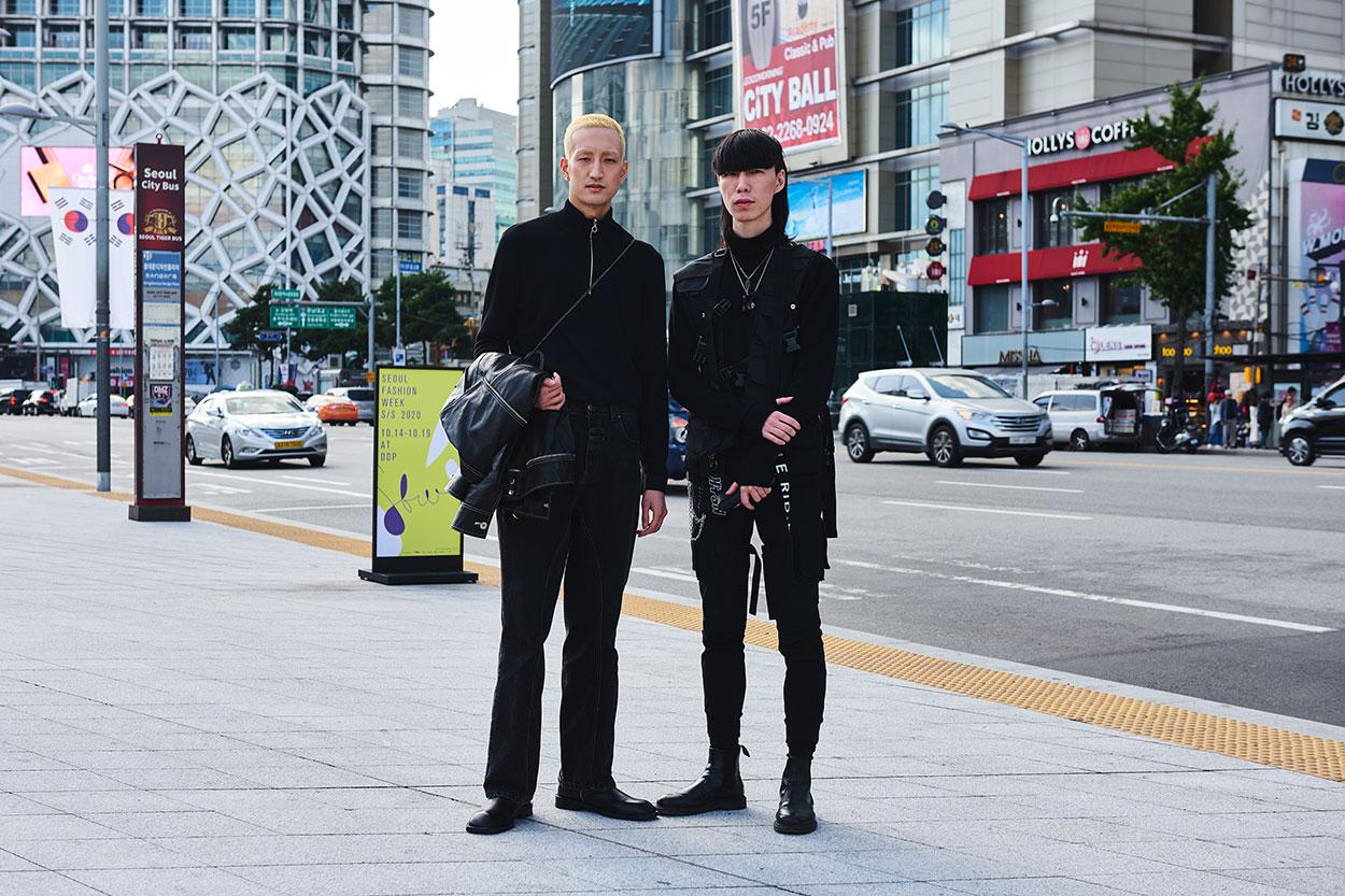 """Hai chàng trai này trông thật cá tính với vẻ ngoài mang hơi hướng rock chic với tổng """"đen từ trên xuống"""". Có lẽ gam màu đen luôn được các chàng trai ưu ái hơn cả trong mùa mốt năm nay"""