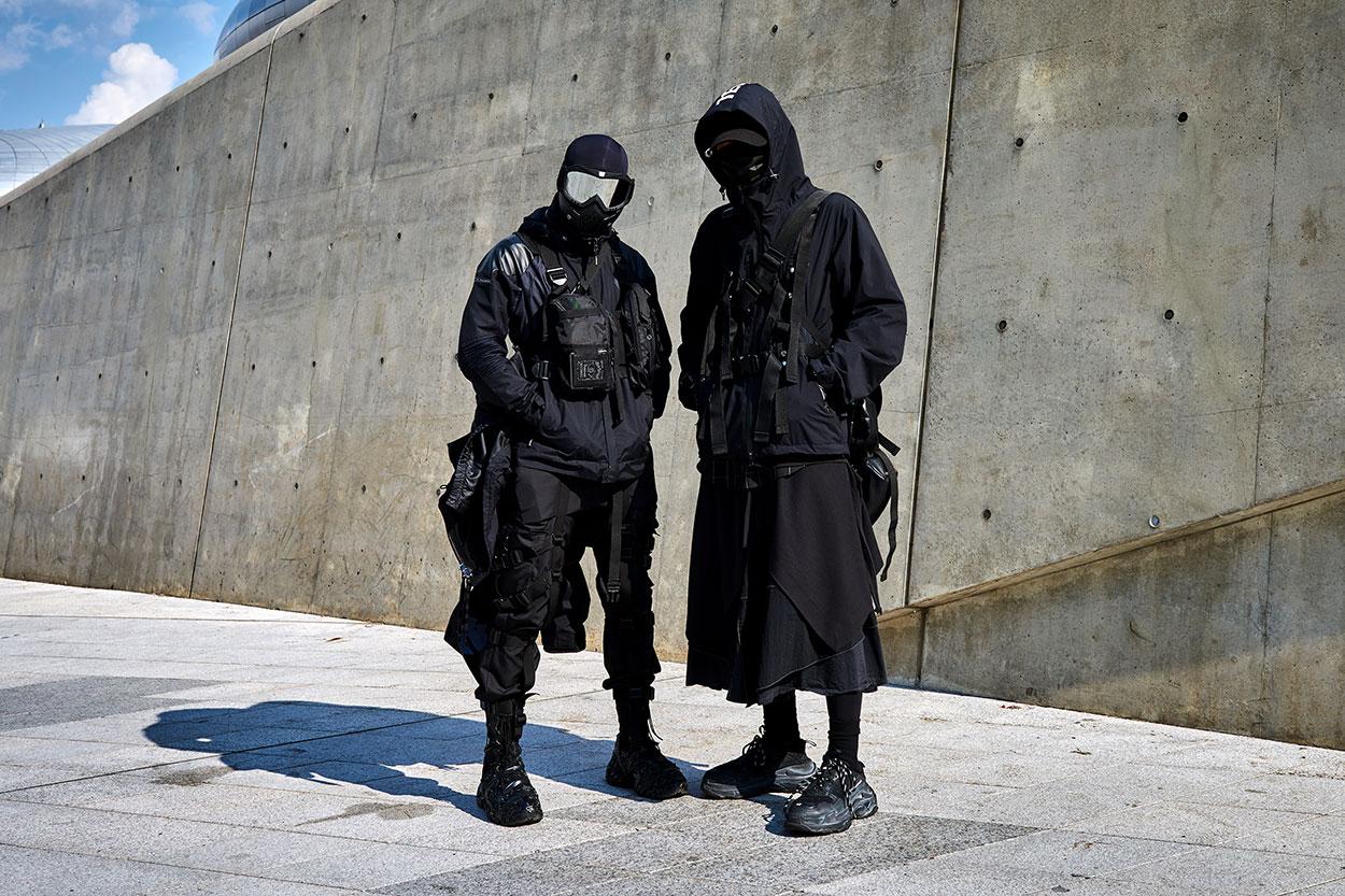Mang đậm màu sách của phong cách Darkwear hiện đại có hơi hướng Futuristic