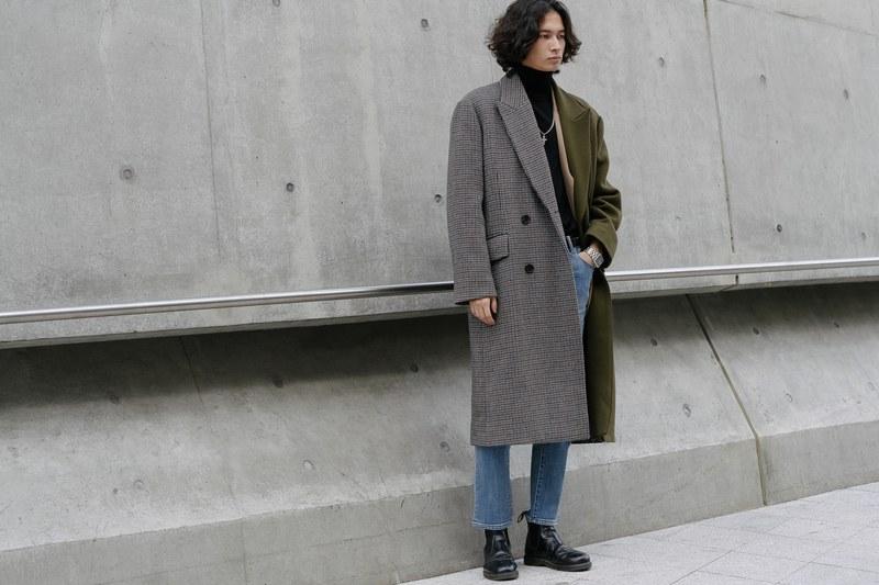 Với chiếc áo trend coat được mix từ hai nửa màu khác nhau tạo điểm nhấn cho bên trong là áo thun đen cùng quần jean cơ bản vẫn tạo sự riêng biệt cho chàng trai nà