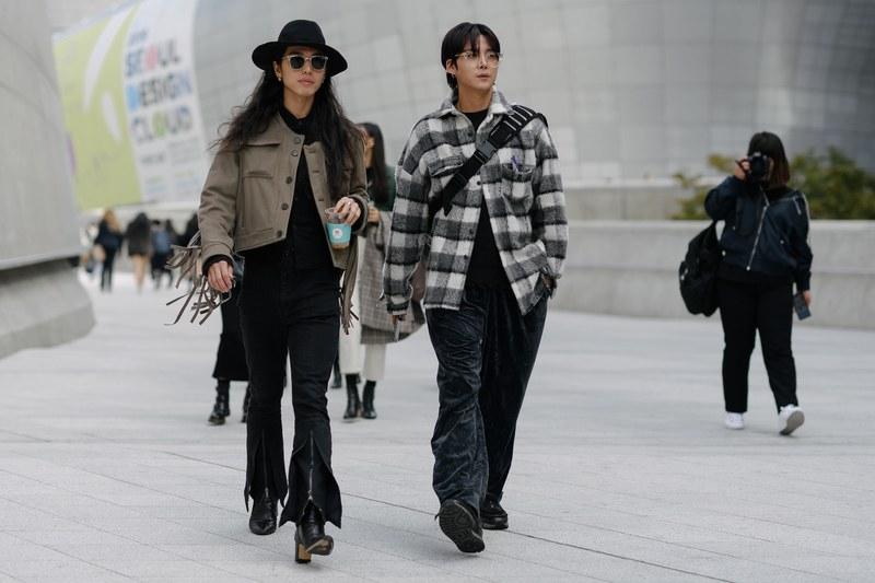 Hai chàng trai với cá tính đối lập, một bên là streetwear năng động với áo khoác Flannel và quần ống rộng thoải mái. Một bên là phong cách hơi hướng unisex khá cá tính với áo khoác trucker màu nâu trung tinh mix cùng áo sơ mi đen và quần jean ống loe đầy phá cách