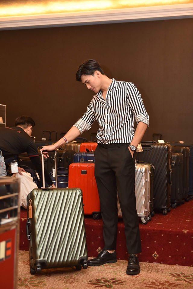 Mạc Trung Kiến thích thú lựa chọn các mẫu vali của Tumi.