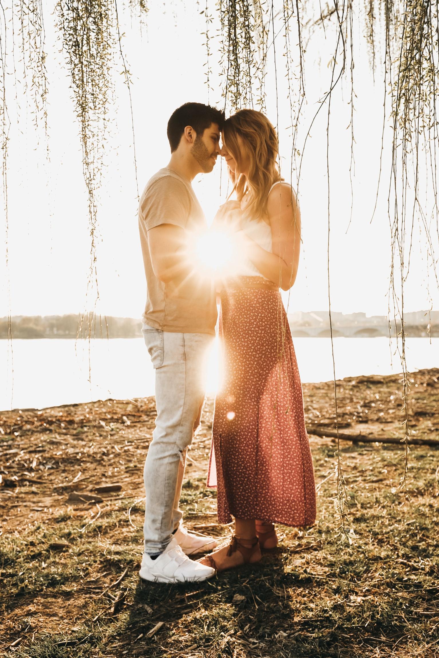 đàn ông nhân mã trong tình yêu cặp đôi nắm tay nhau dưới nắng