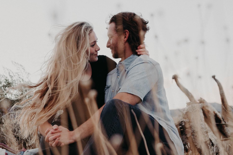 phụ nữ nhân mã trong tình yêu - cặp đôi đang ôm nhau ngồi trên bãi cỏ