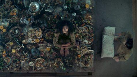 """Review phim The Platform: Thế giới thu nhỏ qua """"bữa tiệc"""" máu me và bẩn thỉu"""