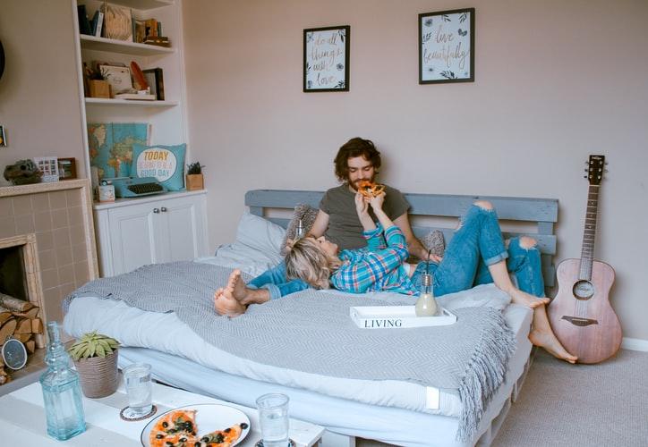 bí quyết hẹn hò cung hoàng đạo - cặp đôi ăn pizza trên giường 2