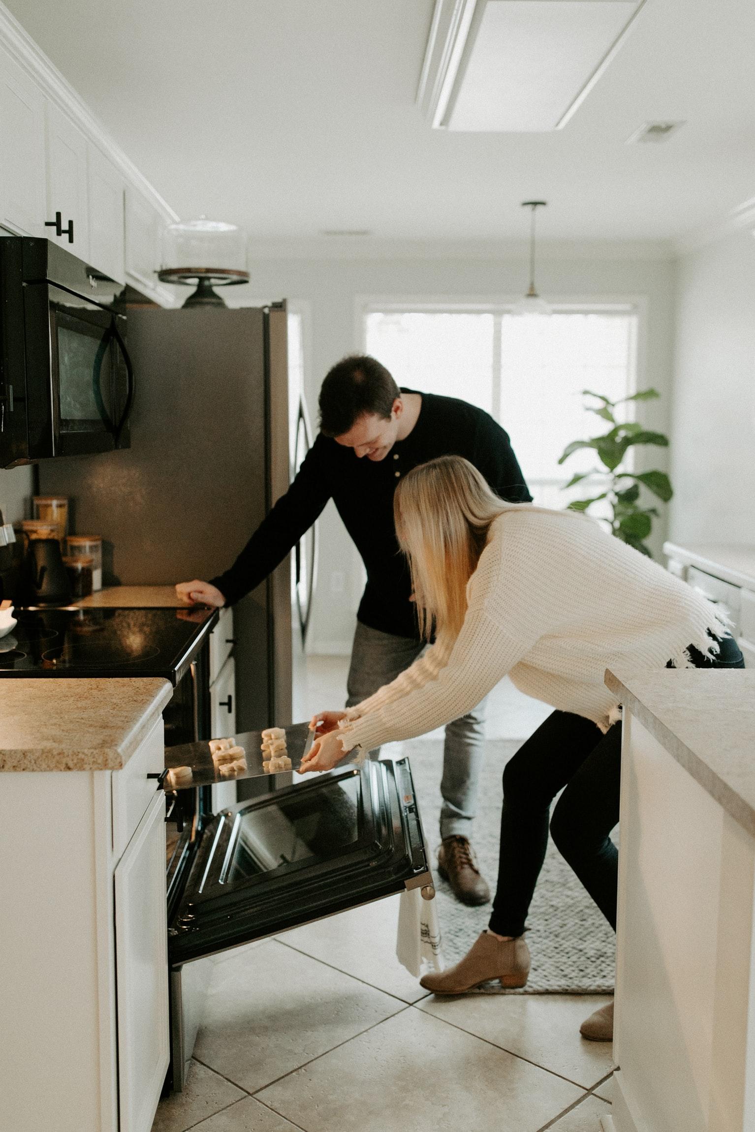 bí quyết hẹn hò cung hoàng đạo - cặp đôi cùng nhau nấu ăn