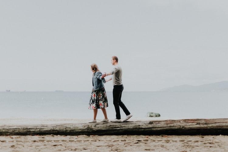 bí quyết hẹn hò cung hoàng đạo - cặp đôi nắm tay nhau dạo biển