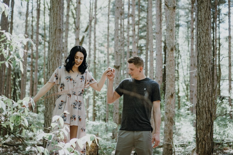 bí quyết hẹn hò cung hoàng đạo - cặp đôi nắm tay nhau trong rừng