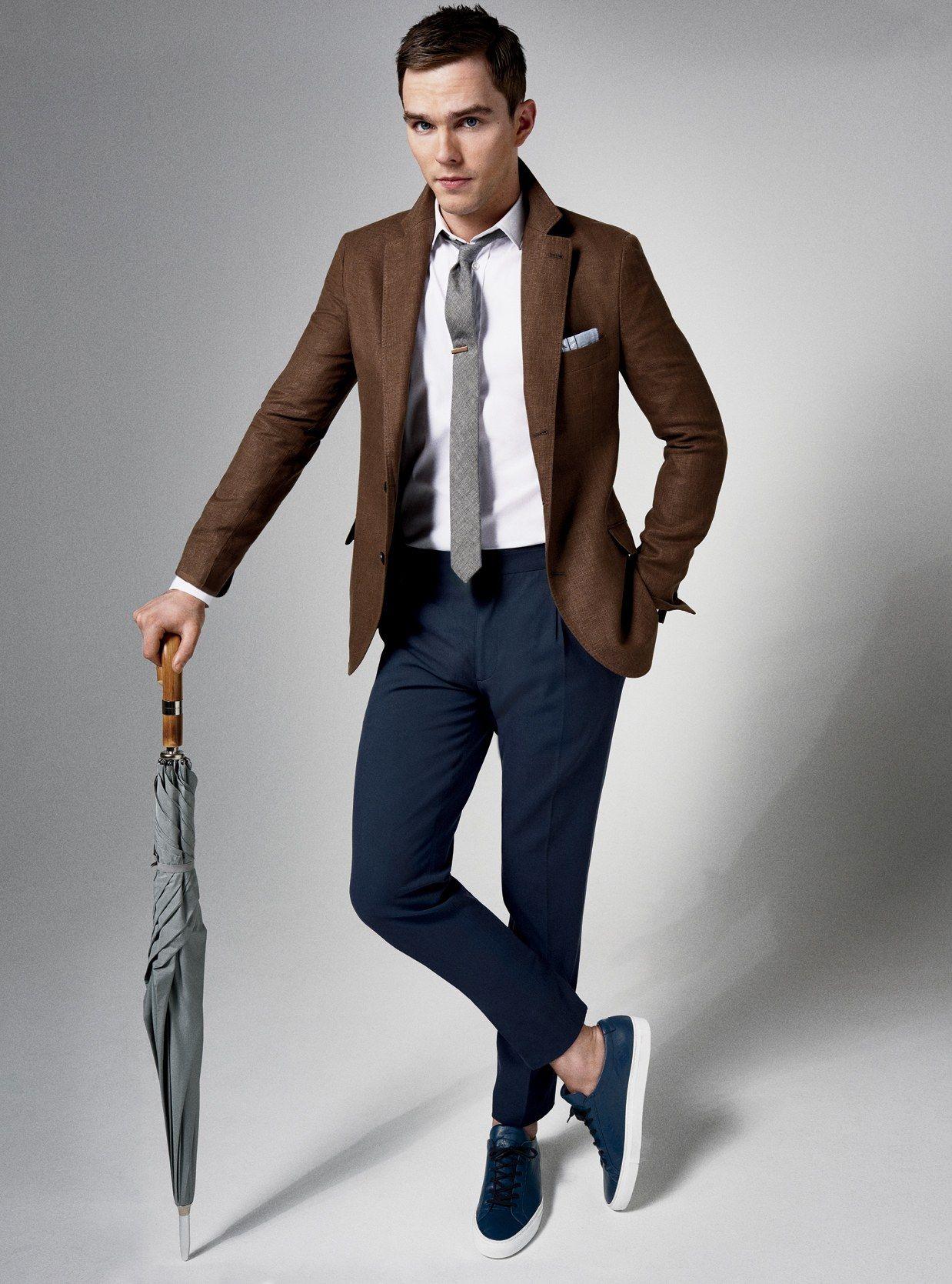 Chàng trai mặc đẹp với blazer nâu và quần tây xanh navy.
