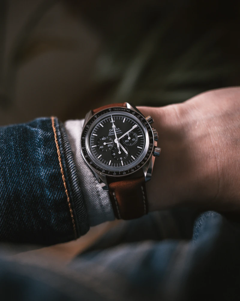 tay đeo đồng hồ Omega.